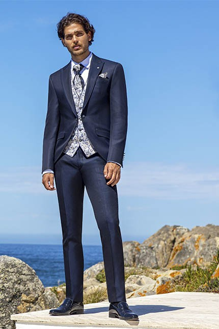 Blue groom suits: the strongest trend in 2021 weddings